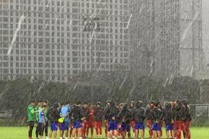 HLV Park Hang-seo 'rèn binh' dưới mưa