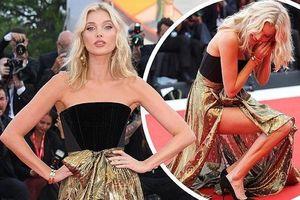 'Búp bê' Thụy Điển Elsa Hosk rơi khuyên tai trên thảm đỏ Venice