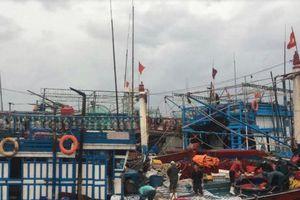 Ứng cứu ngư dân bị mắc kẹt trên vùng biển gần tâm bão số 4