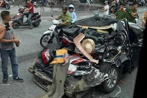 Ô tô Camry dừng chờ sang đường bị xe container đâm nát ở Hải Phòng