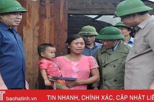 Bộ trưởng NN&PTNT Nguyễn Xuân Cường chỉ đạo ứng phó hoàn lưu sau bão, thăm hỏi hộ dân bị thiệt hại ở Hà Tĩnh