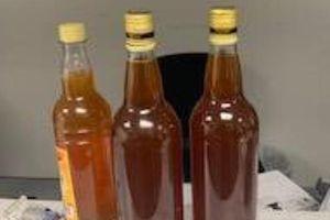 Bị tạm giữ gần 3 tháng vì mang 3 chai mật ong đến Mỹ