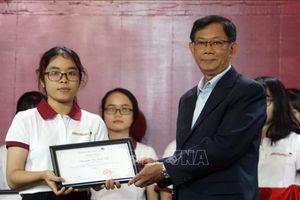 Trao học bổng cho 142 sinh viên xuất sắc