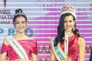Á hậu Tường San được Hoa hậu Quốc tế trao sash đại diện Việt Nam thi Miss International 2019