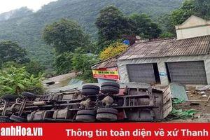 Bị mất lái khi lao dốc, xe tải bị lật ngửa khiến 2 người thương vong