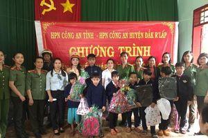 Hội Phụ nữ Công an tỉnh Đắk Nông tặng quà và tuyên truyền pháp luật cho học sinh