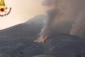 Núi lửa Stromboli ở Italy phun trào dữ dội