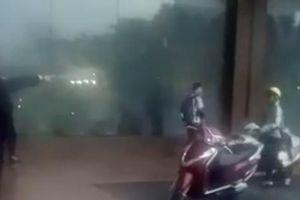Nhân viên bảo vệ khách sạn Grand Plaza đuổi phụ nữ và trẻ em trú mưa ra đường là 'không có tình người'?