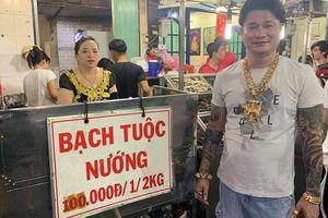 Cặp vợ chồng nói về việc đeo cả trăm lượng vàng đứng bán ốc ở Sài Gòn: 'Mình có tiền, có khả năng mua thì cứ đeo'