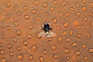 Dấu chân ngoài hành tinh và 5 bí ẩn tại sa mạc lâu đời nhất thế giới