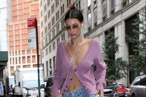 Bella Hadid thích diện trang phục hớ hênh vòng một xuống phố