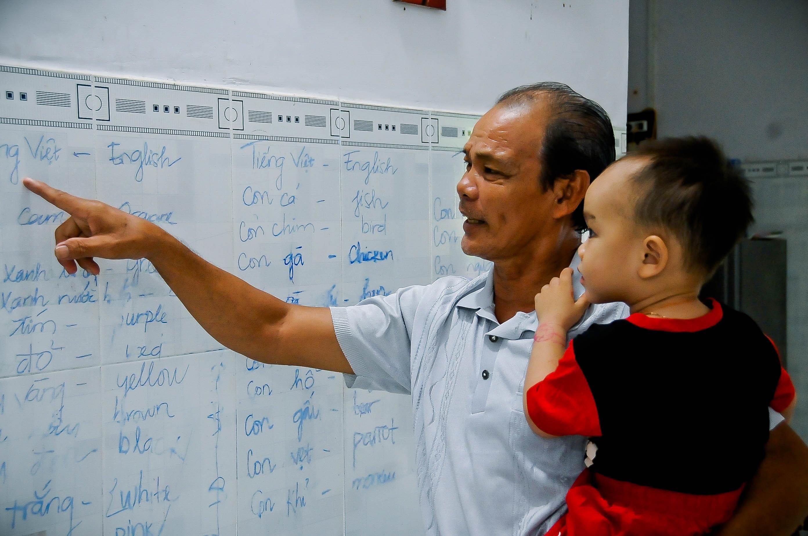 Ngạc nhiên bé 2 tuổi bỗng dưng tự biết đọc tiếng Việt lẫn tiếng Anh