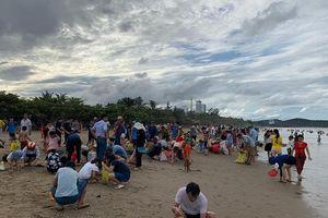 Sau bão Podul, đông nghẹt du khách túa ra bãi biển Cửa Lò nhặt 'lộc trời'