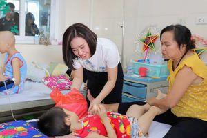 Diễn viên, doanh nhân Phan Kim Oanh giản dị đi thiện nguyện