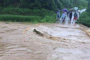 Mưa lớn, nhiều tuyến đường ở Yên Bái ngập sâu, sạt lở