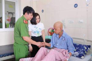 Diễn viên Phan Kim Oanh 'Về nhà đi con' giản dị trong chuyến từ thiện