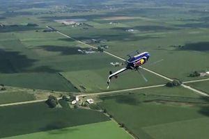 Phi công Mỹ biểu diễn màn lộn ngược trực thăng rồi rơi tự do nguy hiểm