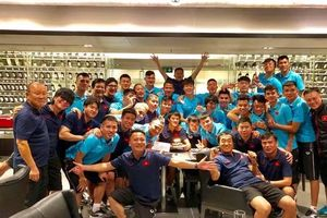 Thầy trò ông Park thả lỏng tại sân Muangthong