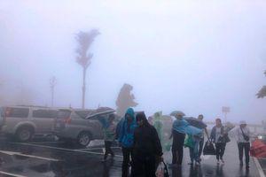 Dòng người đổ về thăm đền thờ Bác Hồ trên đỉnh núi Ba Vì