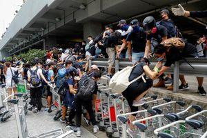 Cuối tuần hỗn loạn ở Hong Kong: Sân bay tê liệt, cảnh sát phải dùng vòi rồng