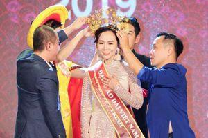 Trương An Xinh đăng quang Đại sứ Áo dài Việt Nam bảng Quý bà