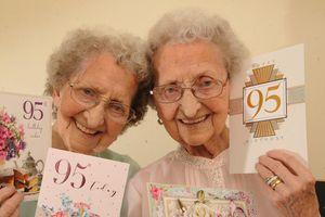 Cặp song sinh 95 tuổi nổi tiếng trên mạng xã hội vì hài hước
