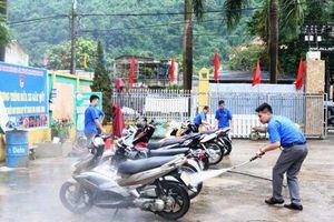 Rửa xe gây quỹ cho trẻ em nghèo
