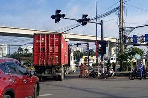 Xe container 'lướt qua' CSGT ra vào đường cấm