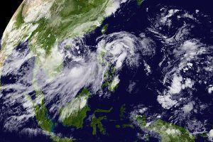 Áp thấp 'kép' dị thường, miền Trung có nơi mưa tới 700mm