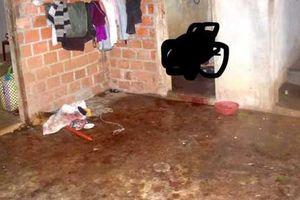 Con trai bàng hoàng phát hiện mẹ chết trong phòng tắm, bố nằm trên vũng máu