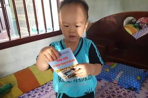 Bé trai tự biết đọc chữ khi chưa tròn 2 tuổi