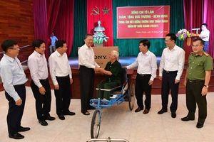 Bộ trưởng Tô Lâm thăm và tặng quà thương binh ở Trung tâm điều dưỡng Thuận Thành