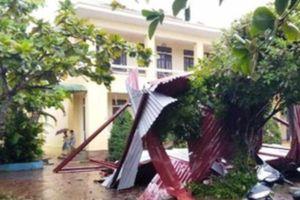 Mưa lớn kèm lốc xoáy khiến hàng chục nhà dân và trường học tốc mái