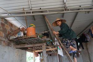 Áp thấp nhiệt đới: Thủy điện xả lũ, nước sông dâng cao người dân vội vã sơ tán đồ đạc chạy lũ trong mưa lớn