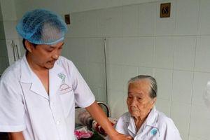 Sỏi bàng quang 'khổng lồ' trong người cụ bà 84 tuổi