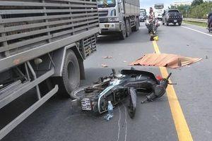 Ôtô rời khỏi hiện trường sau khi cán tử vong người đi xe máy