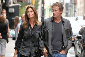 Siêu mẫu Cindy Crawford tình tứ khoác tay chồng đi dạo phố ở New York