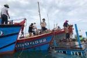 Tàu cá Khánh Hòa cùng 5 thuyền viên phát tín hiệu ứng cứu khẩn cấp