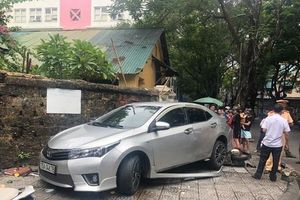 Thừa Thiên - Huế: Người phụ nữ đi ô tô nghi đạp nhầm chân ga tông 3 người bị thương