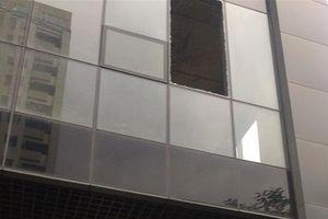 Tấm kính lớn ở chung cư Golden West bất ngờ rơi xuống lối đi cư dân