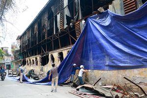 Công nhân Công ty Rạng Đông quây bạt, dọn hiện trường sau vụ cháy