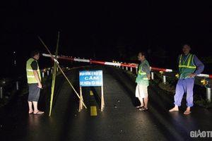 Trắng đêm cùng Hạt Giao thông số 4 canh đường ngập sâu vì mưa lũ