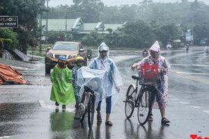 Học sinh vùng lũ Quảng Trị đội mưa đến trường trong ngày khai giảng 'hụt'