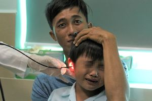 Bé 5 tuổi thủng màng nhĩ sau khi nhét pin điện tử vào tai