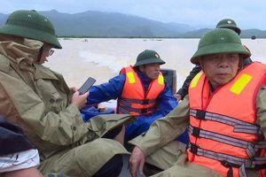 Thuyền chở đoàn lãnh đạo huyện đi thị sát lũ gặp nạn