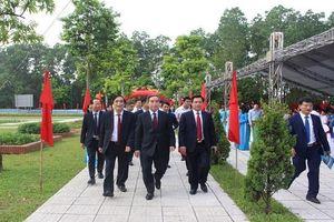 Trưởng Ban Kinh tế TW chung vui ngày tựu trường cùng thầy trò Trường Phổ thông CLC Hùng Vương