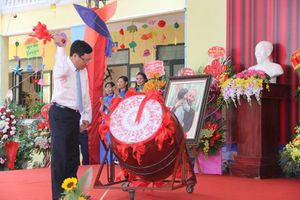 Phó Thủ tướng Phạm Bình Minh đánh trống khai giảng năm học mới tại Trường tiểu học Thị trấn Thắng