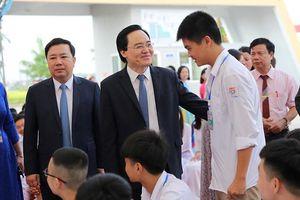 Bộ trưởng Phùng Xuân Nhạ hòa niềm vui chung ngày khai trường