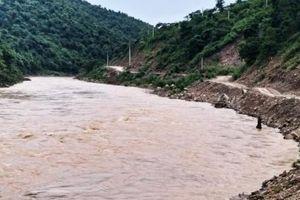 Nghệ An: Khen thưởng 2 nam sinh dũng cảm cứu người giữa dòng nước lũ