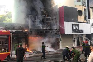 Giải cứu 2 người trong đám cháy lớn ở Sài Gòn, một lính cứu hỏa bị thương
